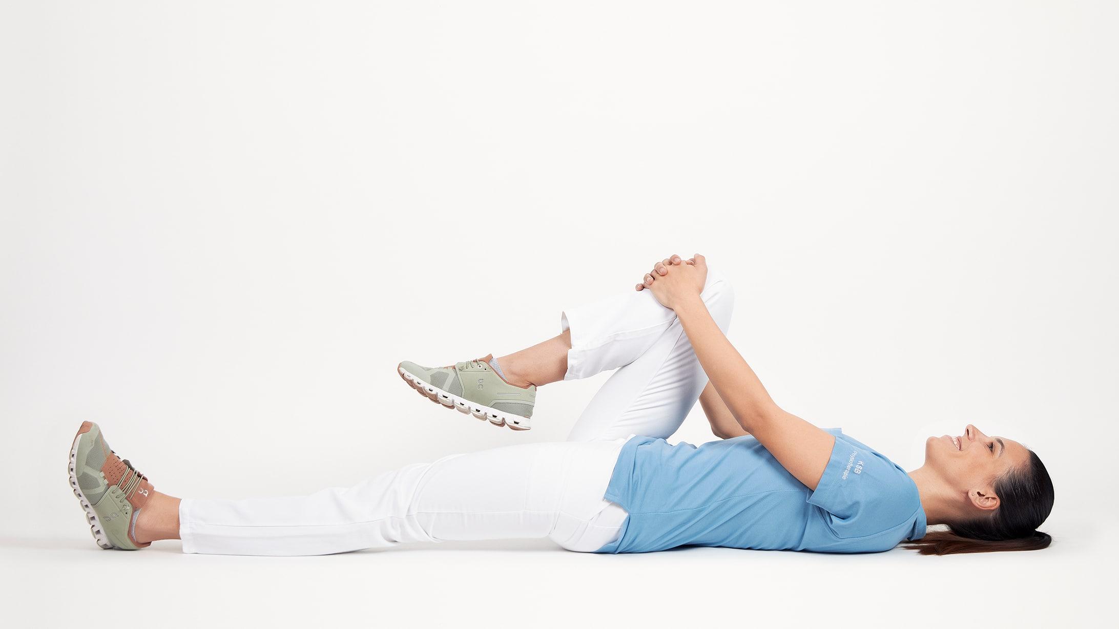 Phystiotherapeutin Maja Milani zeigt eine Übung, die bei einer Schleimbeutelentzündung Linderung bringt.