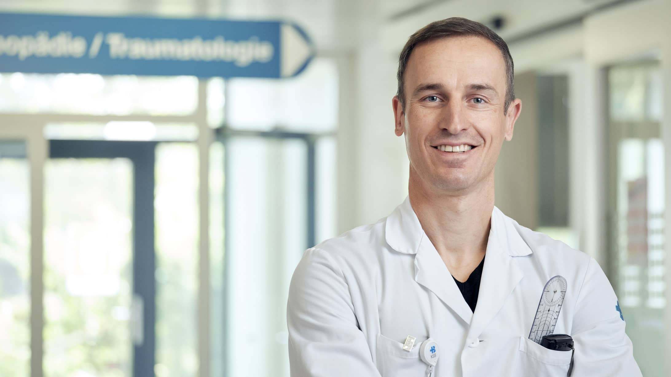 Orthopäde Tobias Bühler in einem Korridor des Kantonsspitals Baden