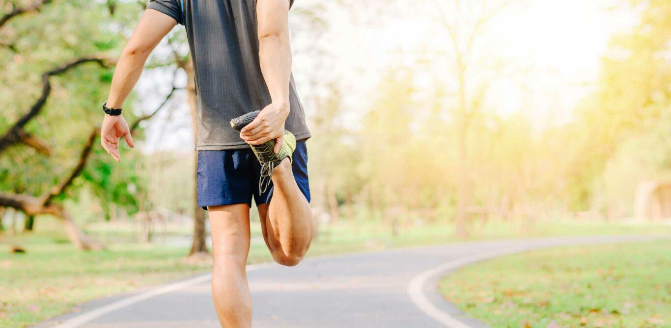 Jogger dehnt den vorderen Oberschenkel