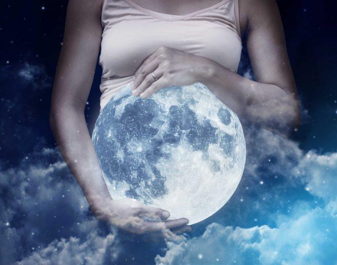 Vollmond und eine schwangere Frau
