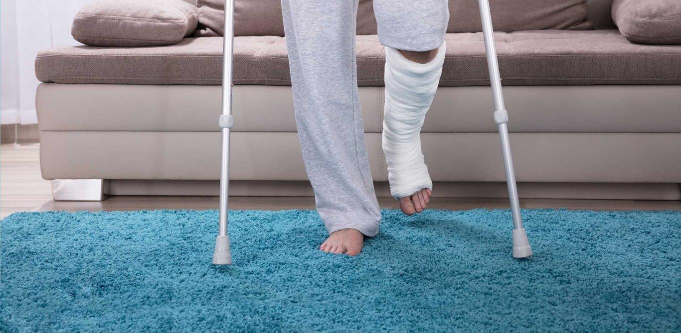 Ambulant vor stationär: ein Patient mit verletztem Bein und Krücken.