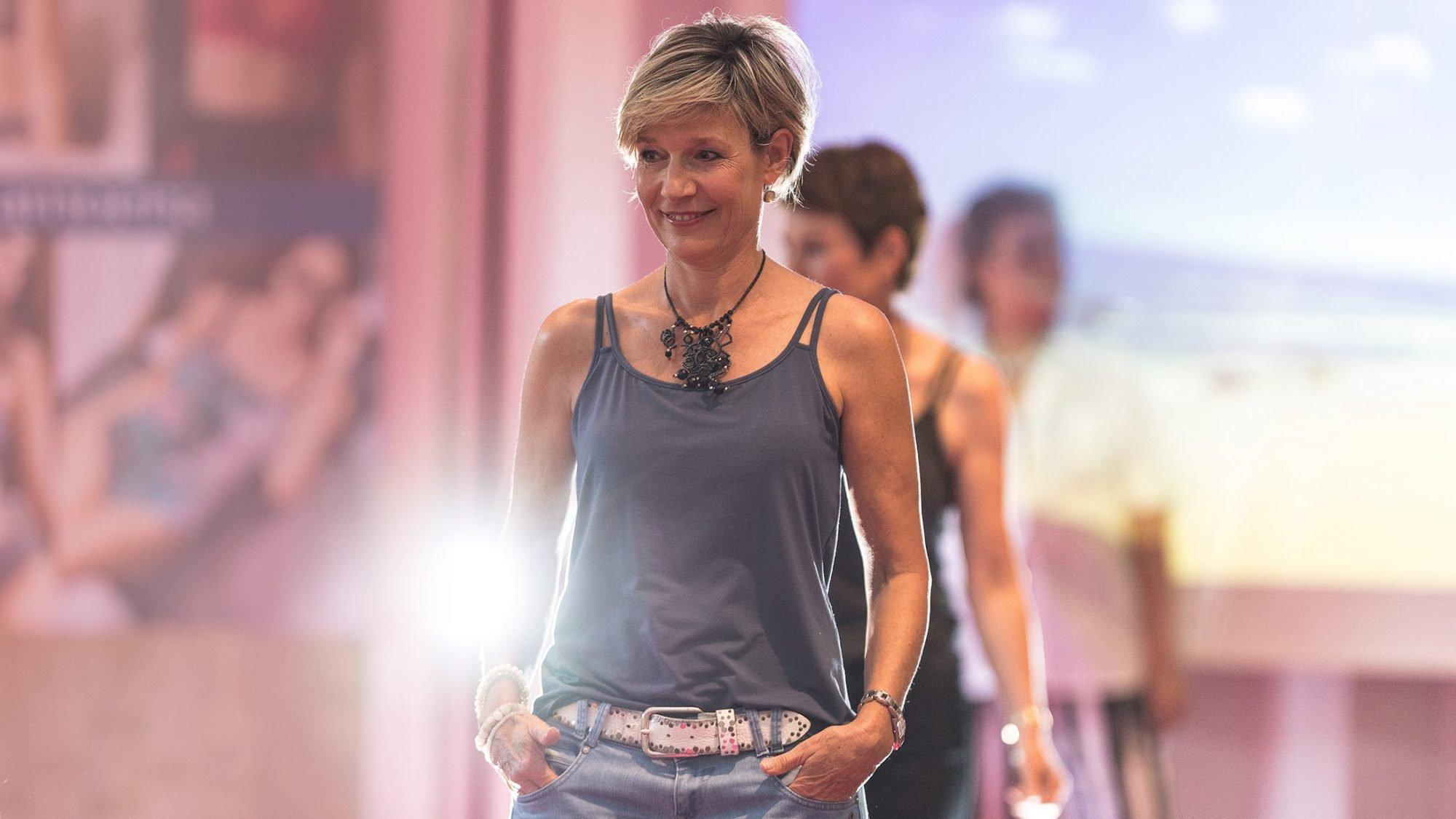 Brustkrebs: Eine ehemalige Brustkrebs-Patientin läuft als Model über den Laufsteg.