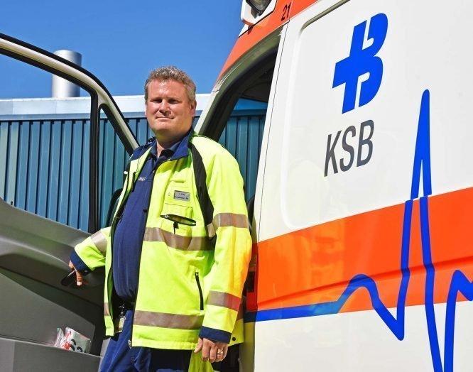 Rettungssanitäter Lukas Frey vor dem Ambulanzfahrzeug
