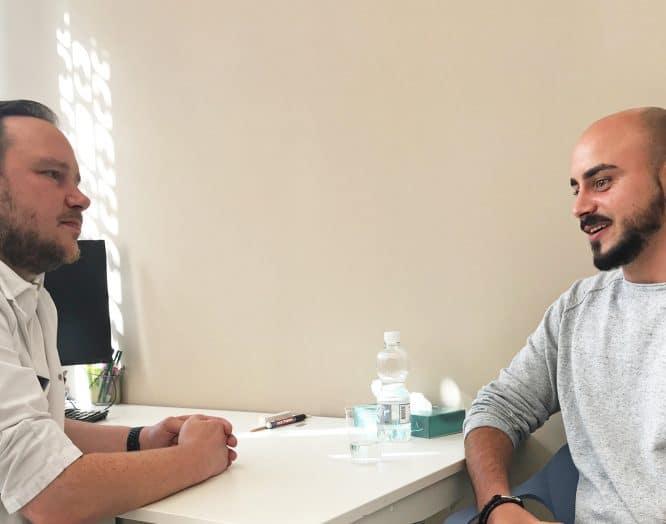 Chirurg Sebastian Soppe und Schmerzpatient Enrico A. im Gespräch