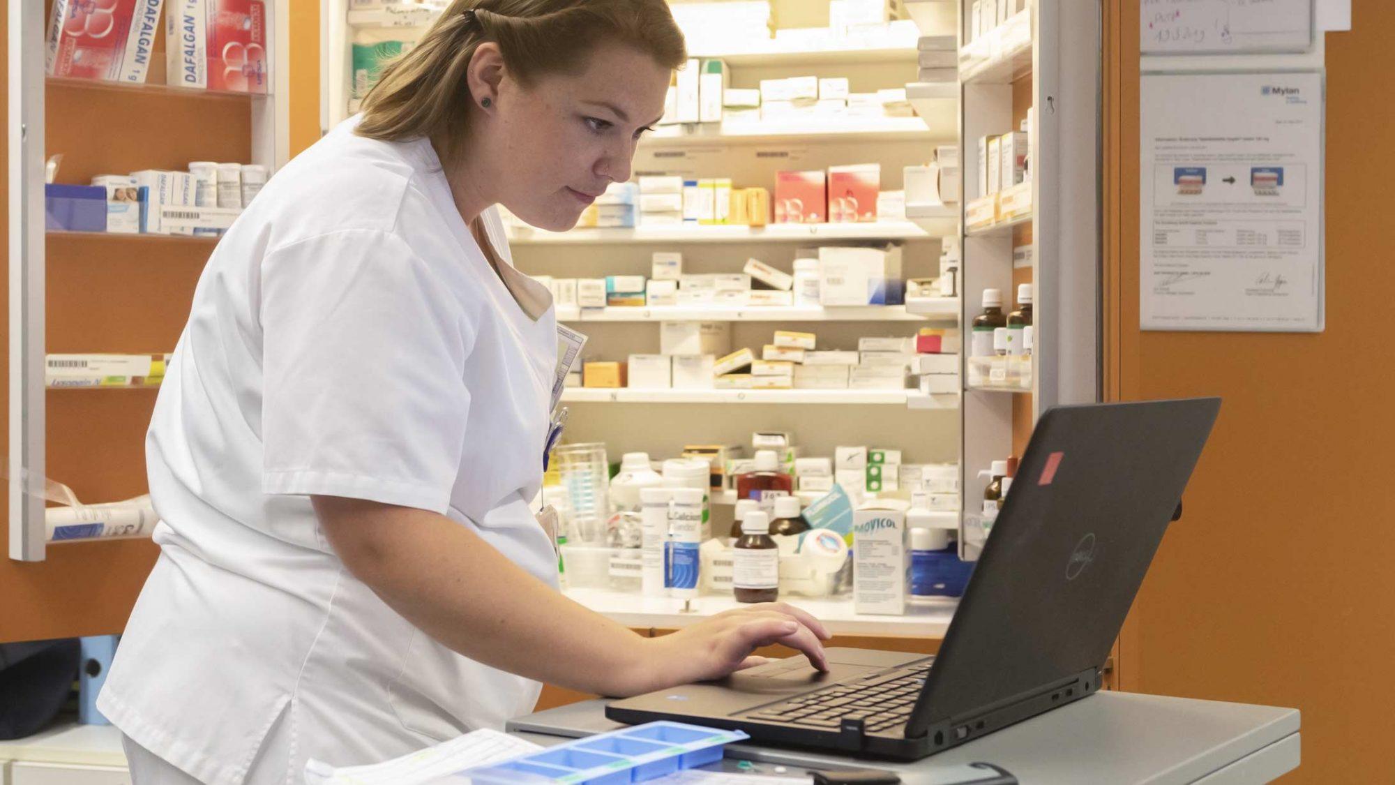 Pflegefachfrau Hanna Baumgartner aktualisiert die Patientendokumentation