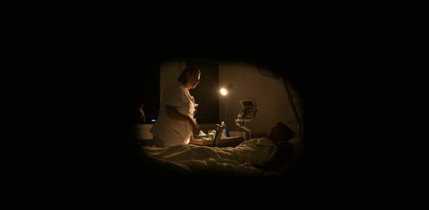 Pflegefachfrau Hanna Baumgartner betreut einen Patienten