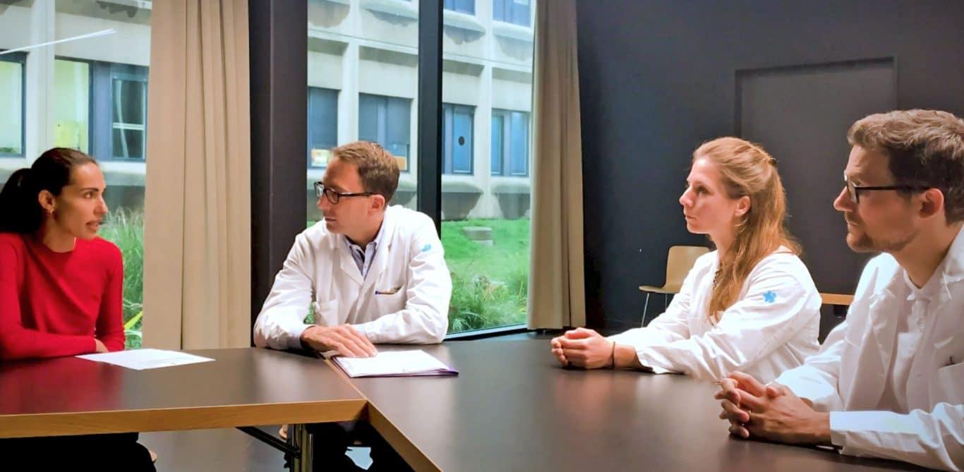 Das Team der Memory Clinic rund um Otto Meyer in einer Besprechung.