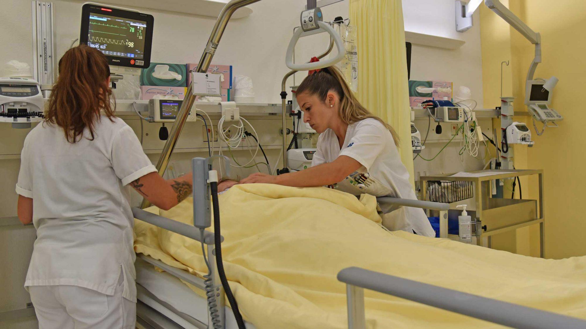 Das Pflegepersonal prüft Infusionen und Messgeräte.
