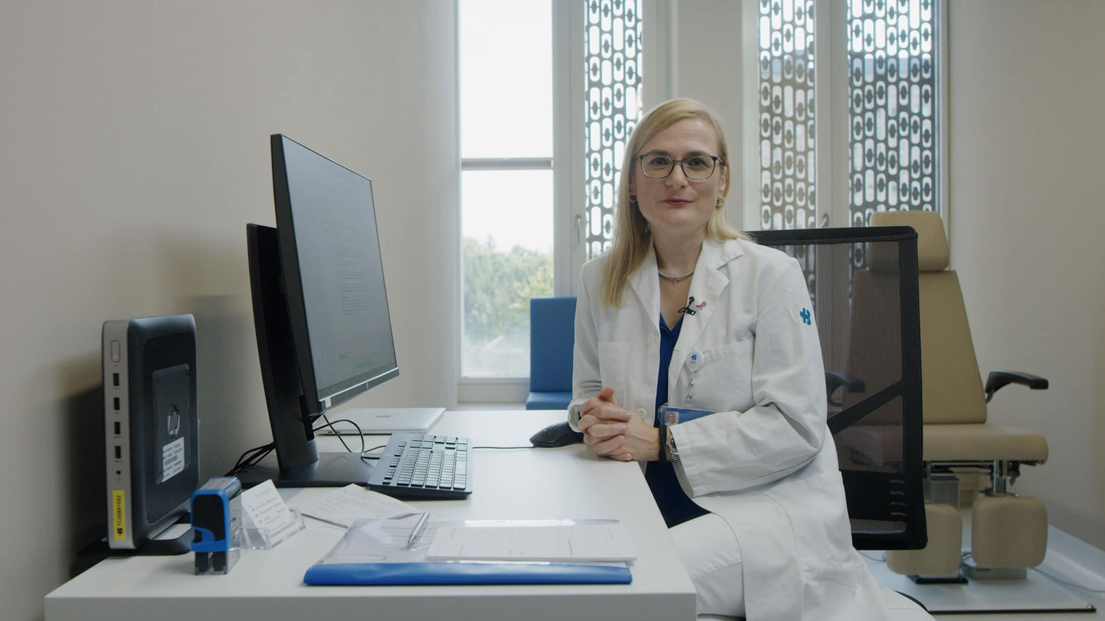 Cornelia Leo, Leiterin Interdisziplinäres Brustzentrum am KSB, sitzt am Schreibtisch.