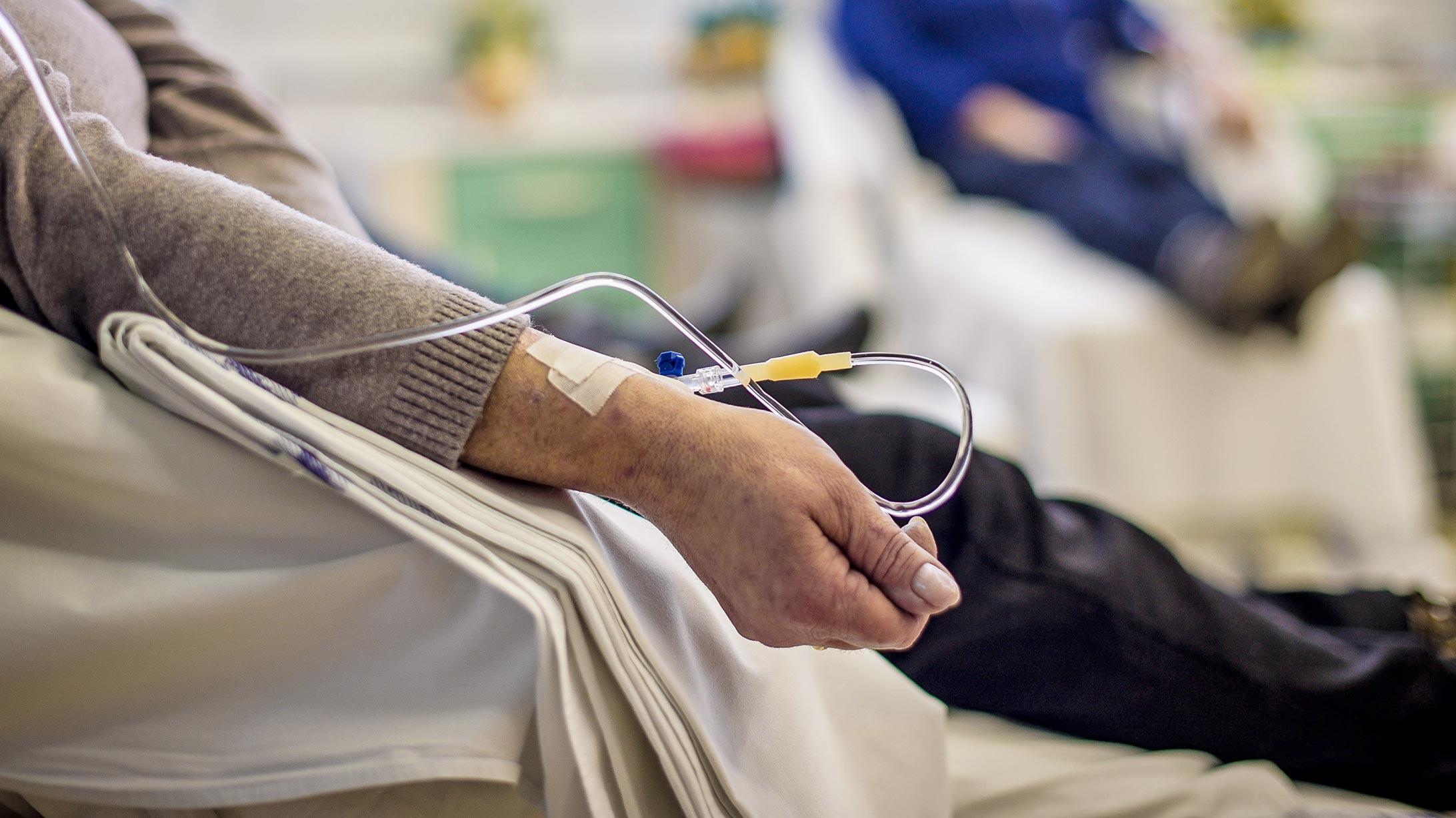 Eine Krebspatientin erhält eine Chemotherapie.