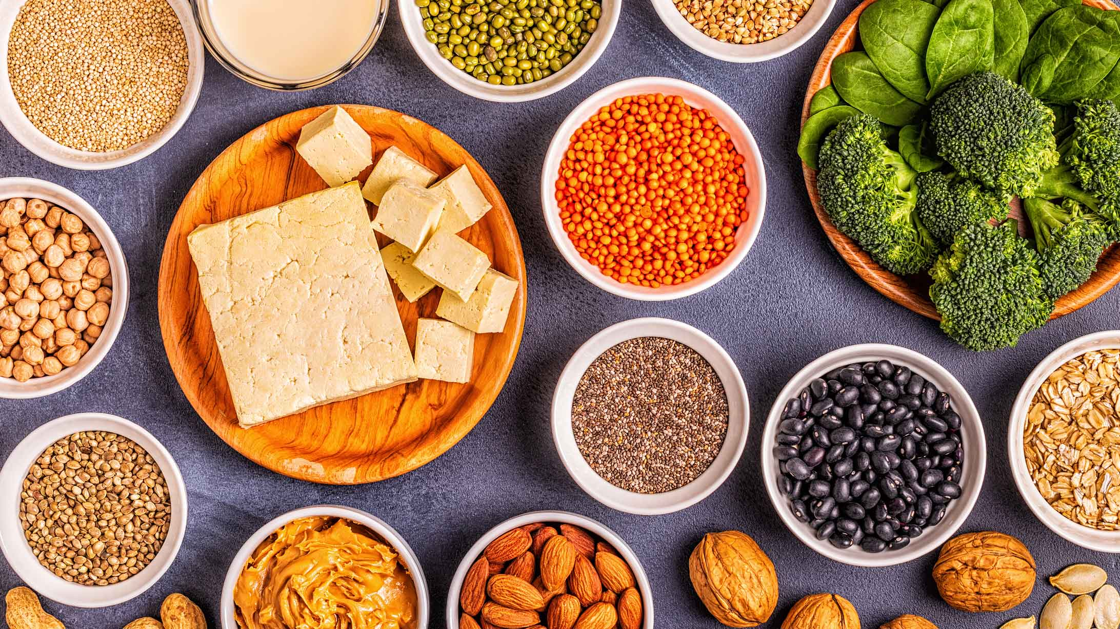 eisenhaltige Nahrungsmittel: Tofu, Linsen, Brokkoli, Mandeln, Walnüsse, Kichererbsen