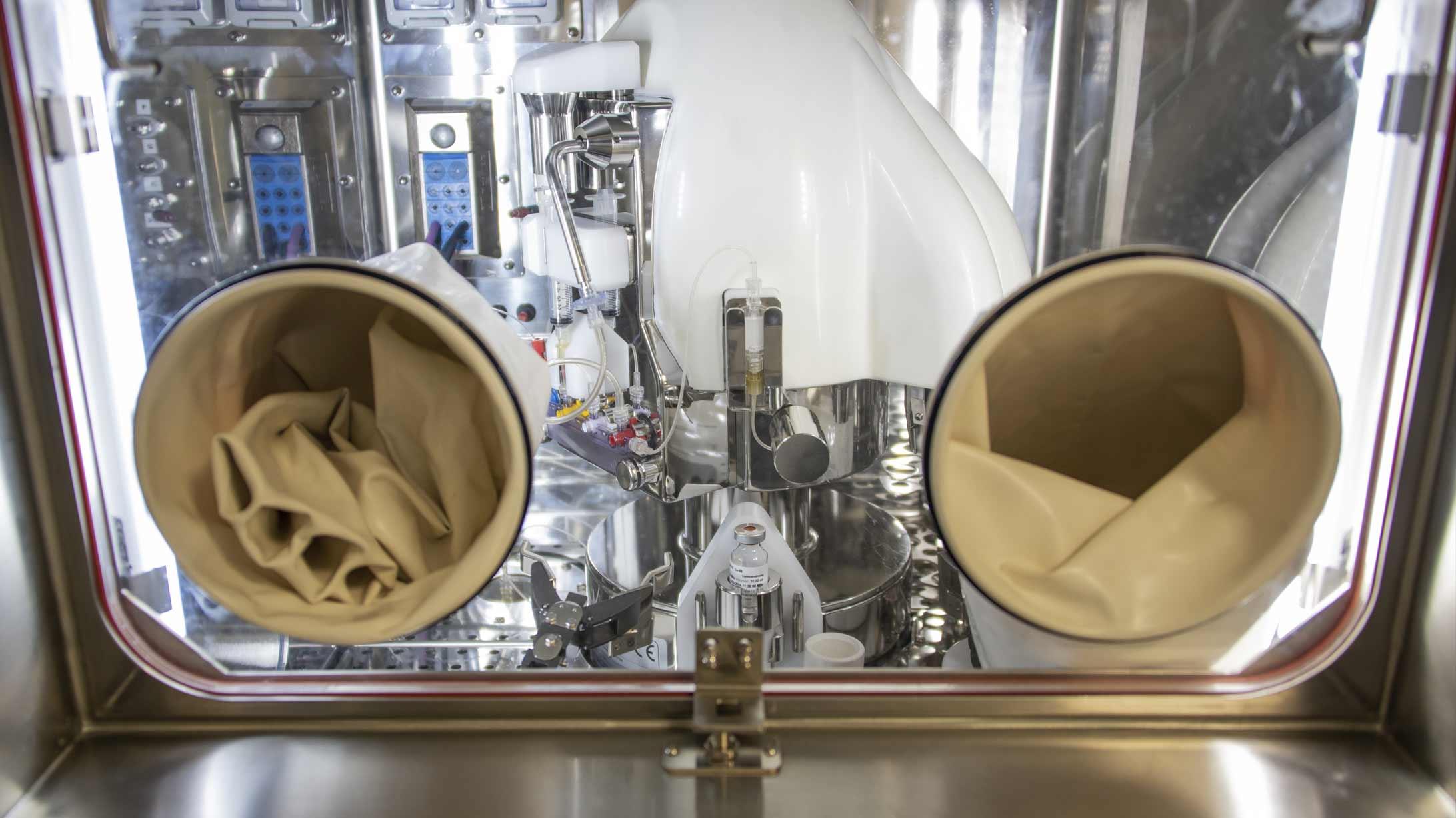 Nach der Reinigung: Die Nuklide werden in Fläschchen abgefüllt und zur Markierung von Biomolekülen verwendet. Die fertigen Tracer werden in Patientendosen unterteilt.