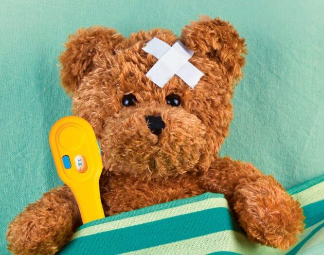 Narkose für Kinder: Teddybär mit Pflaster und Fieberthermometer