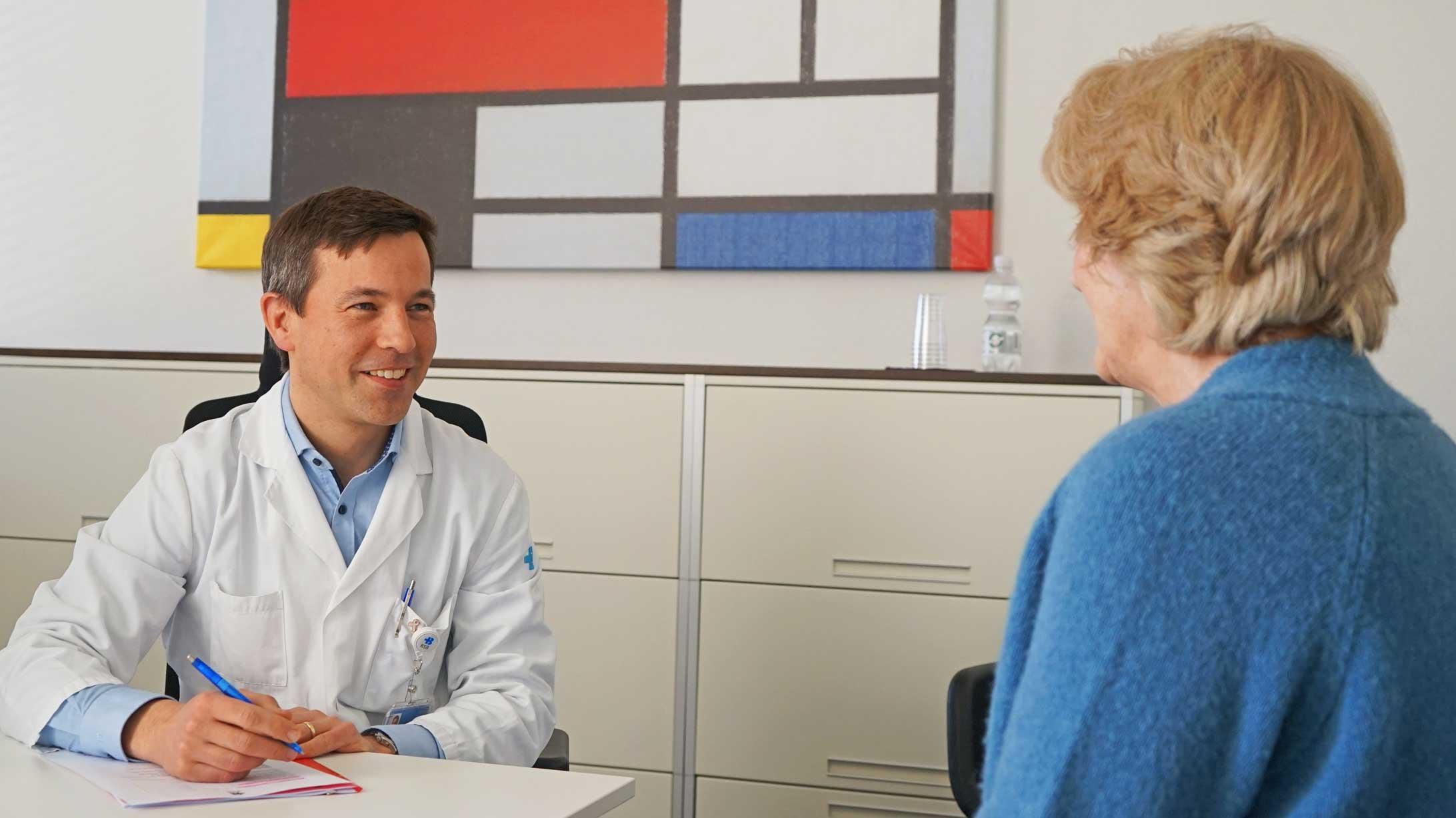 Martin Heubner, Chefarzt Gynäkologie am KSB, im Gespräch mit der Gebärmutterkrebs-Patientin Nicole Dredge.