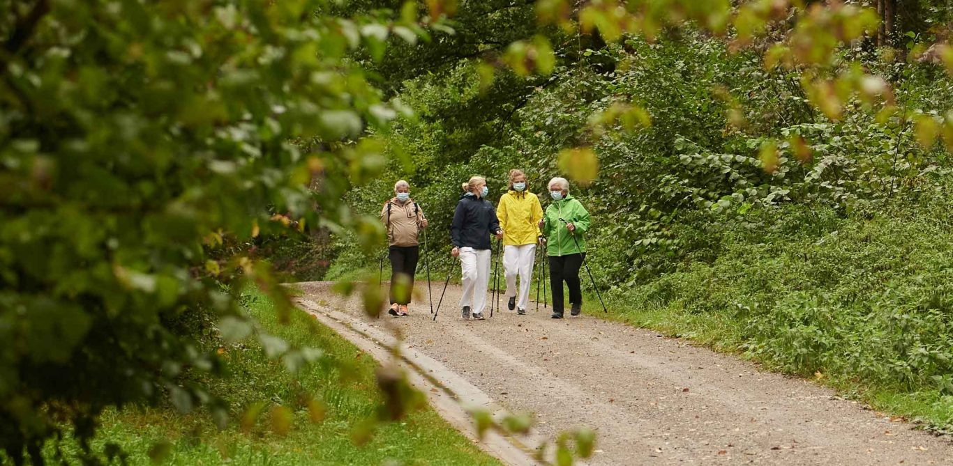 Gruppe beim Nordic Walking