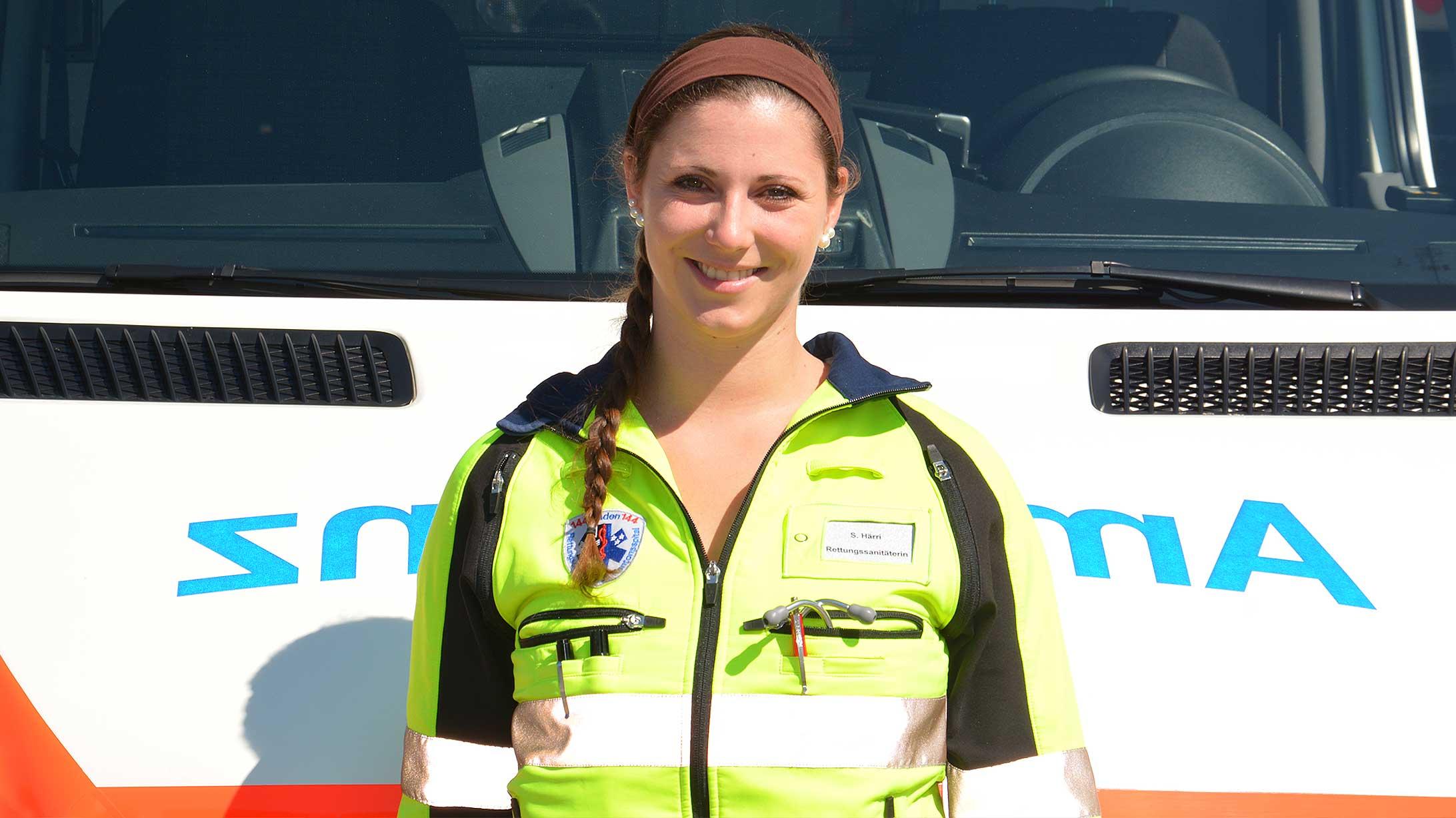 Rettungssanitäterin Stefanie Härri vor dem Rettungswagen