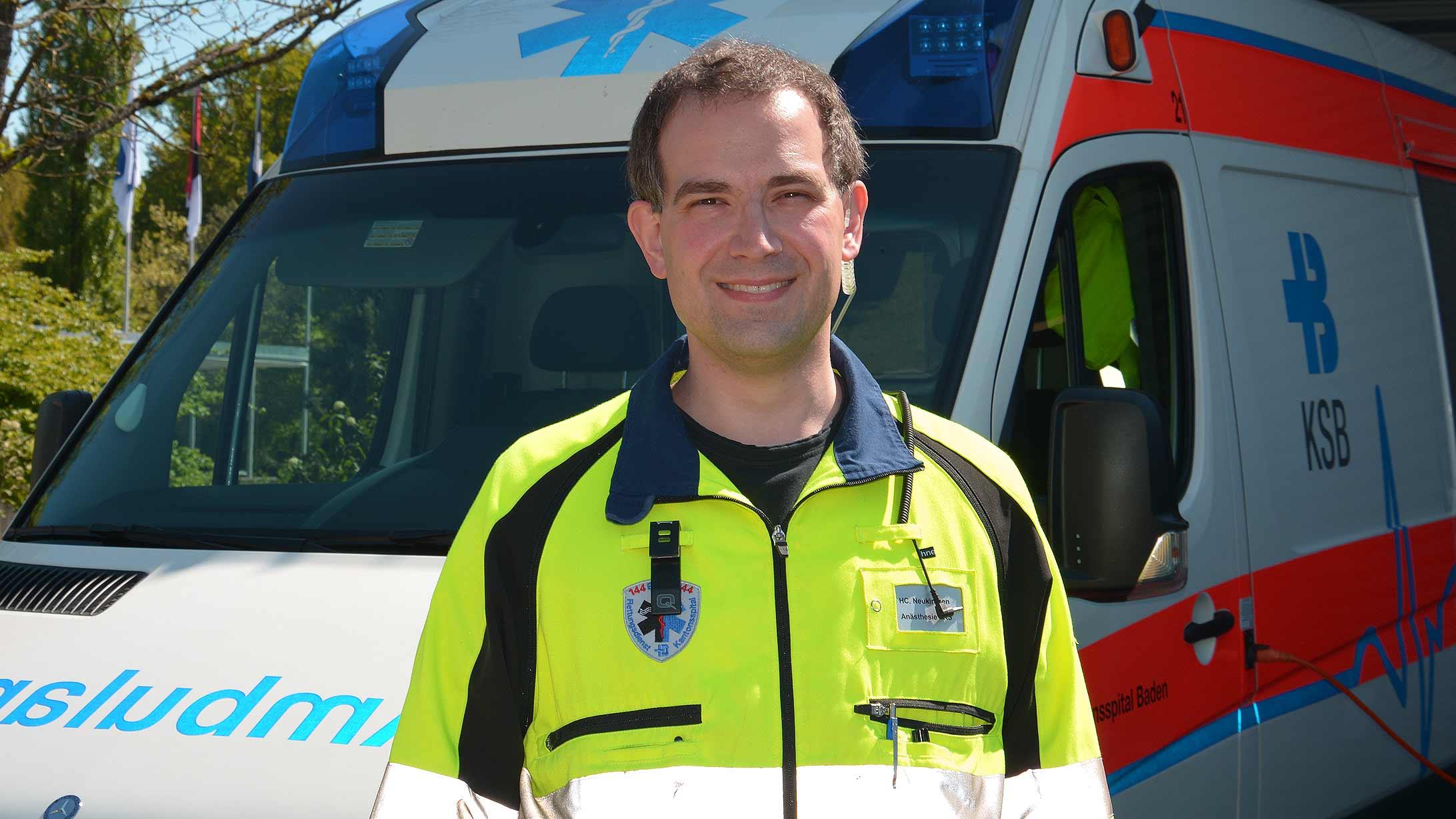 Rettungssanitäter Christian Neukirchen vor dem Rettungswagen