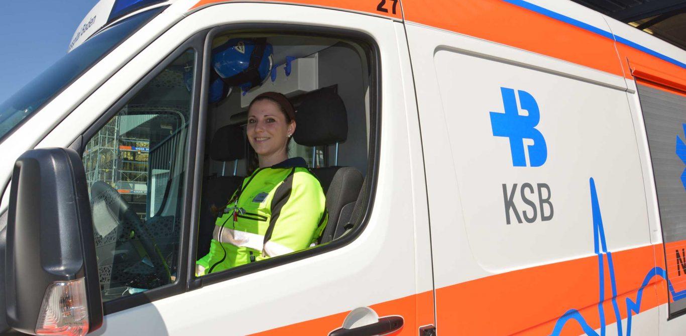 Rettungsdienst: Rettungssanitäterin Stefanie Härri sitzt im Rettungswagen.