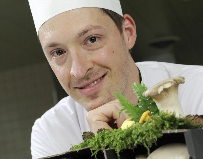 Souschef Andri Müller in der Küche am KSB