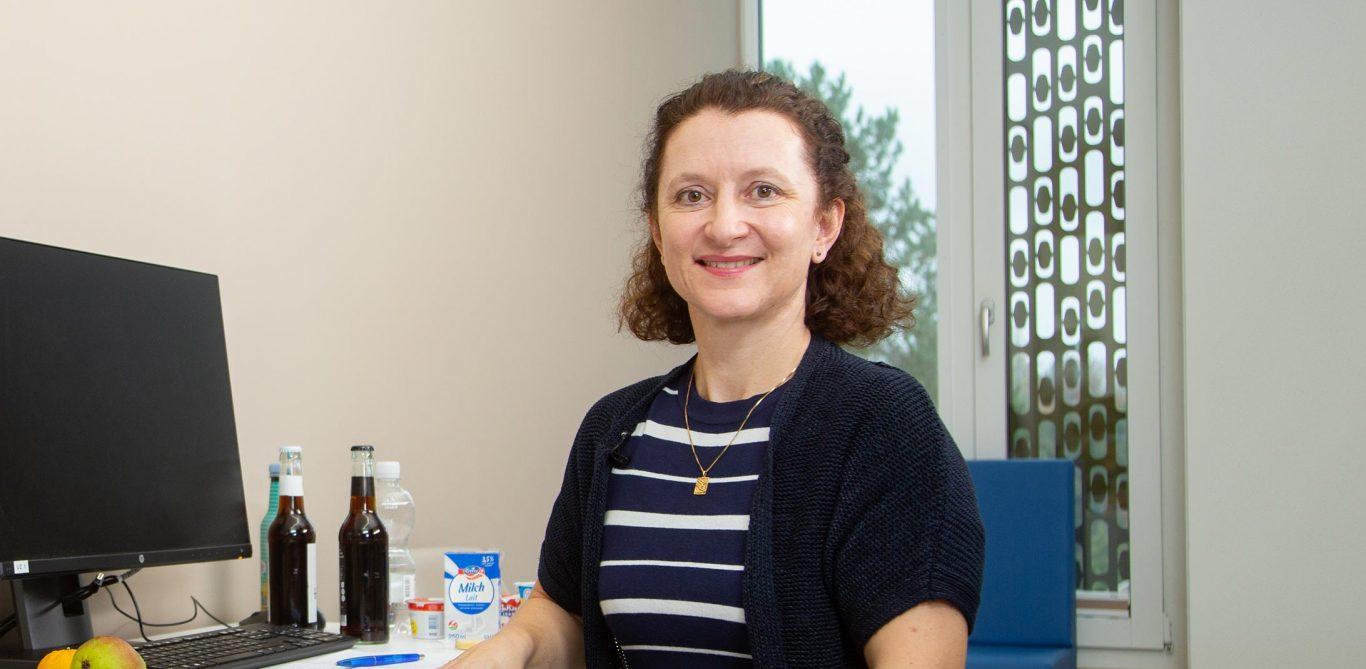 Ernährungsberaterin Ursula Schulz sitzt im Sprechzimmer