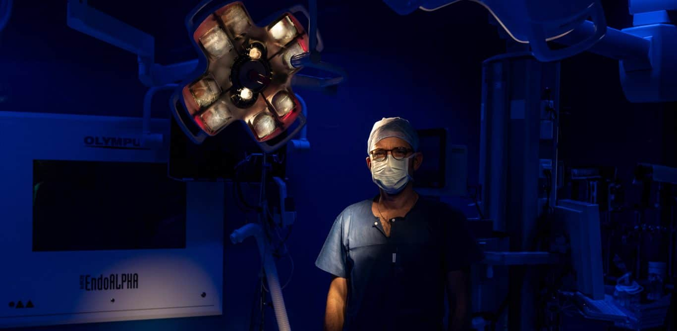 Gefässchirurg Stephan Engelberger steht im Operationssaal. Hier operiert er unter anderem Patienten mit einem Aneurysma.