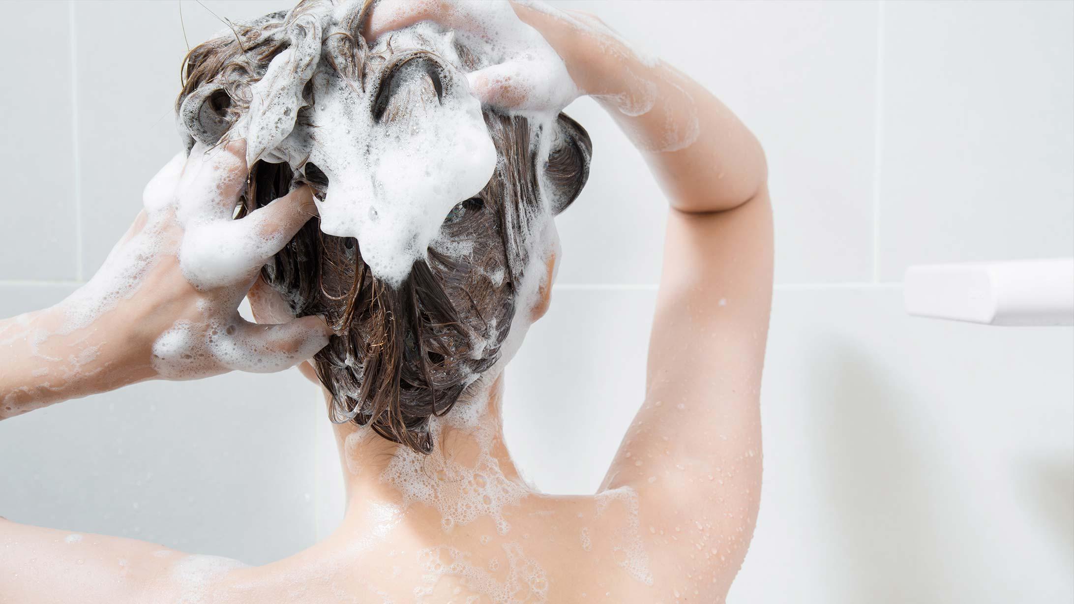 Eine Frau beim Haare waschen