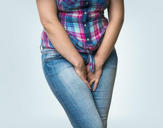 Inkontinenz: Eine Frau kreuzt die Beine.