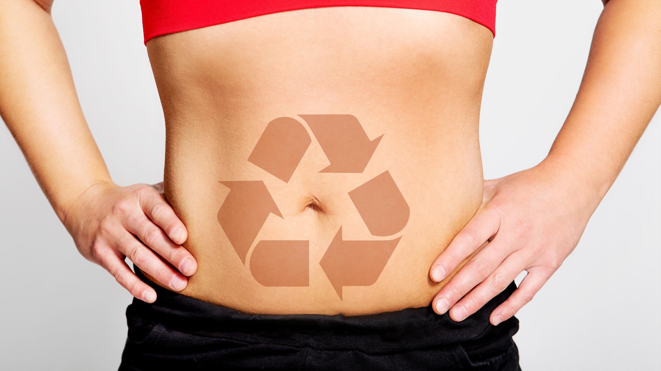 Ein Bauch mit einem symbolischen Recycling-Icon