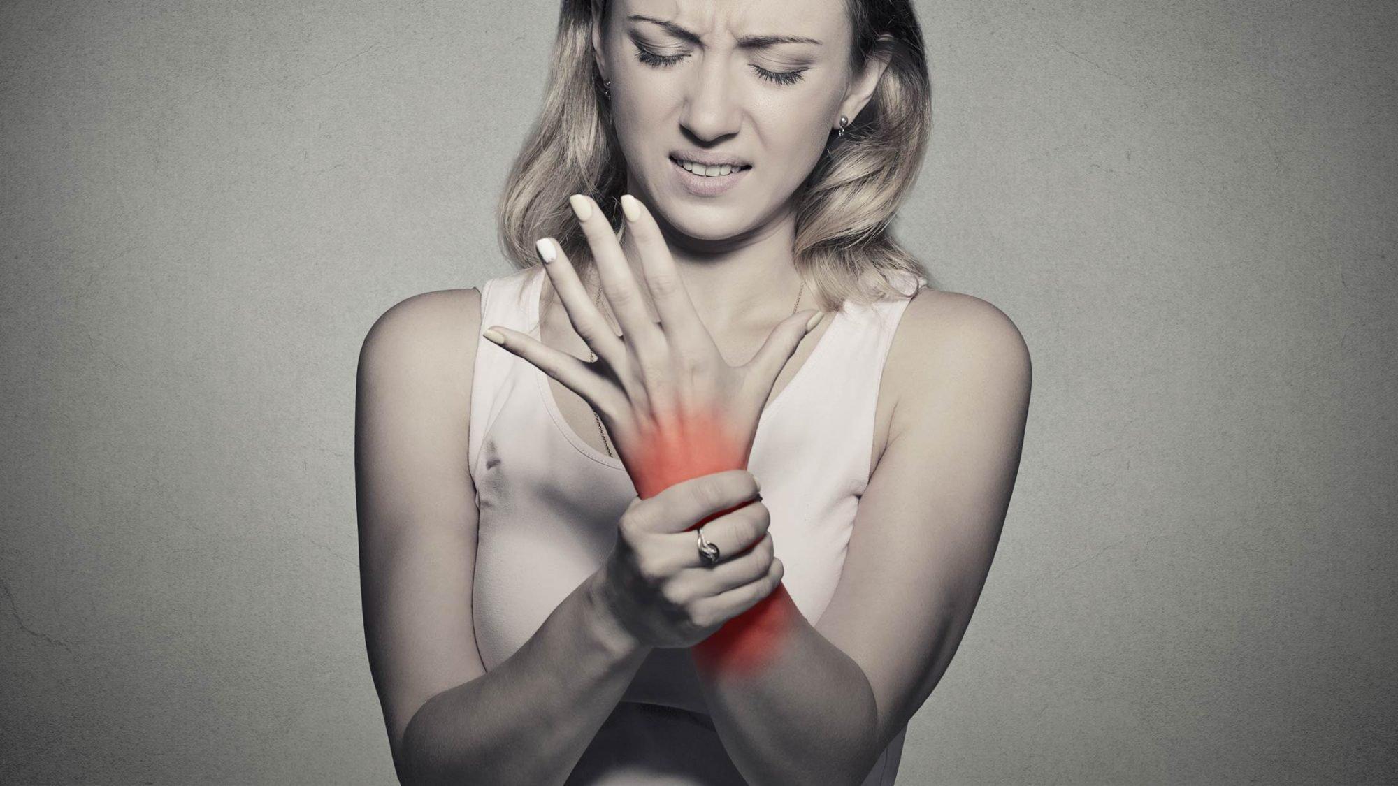 Symbolbild einer Frau mit dem Karpaltunnelsyndrom