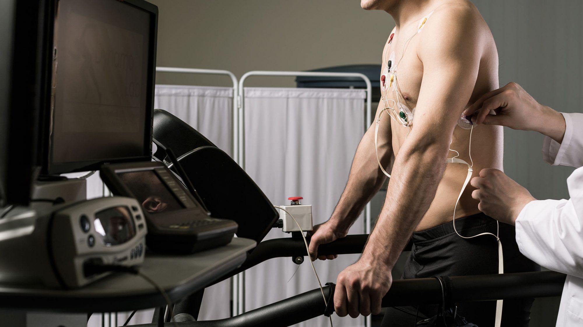 Ein Mann bei der sportmedizinischen Untersuchung