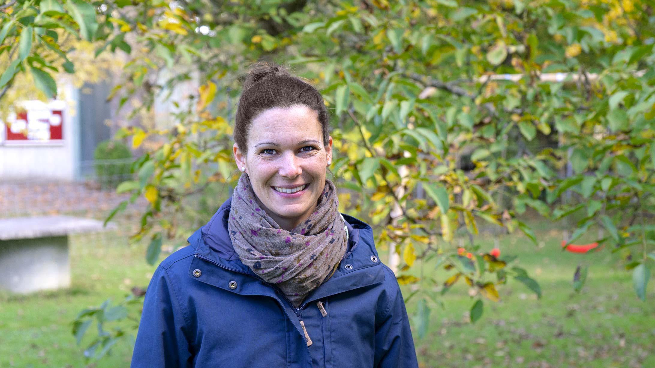 Cordula Peterhans steht in ihrem Garten. Sie lässt ihren Lungenkrebs mit einer molekularen Krebstherapie behandeln.