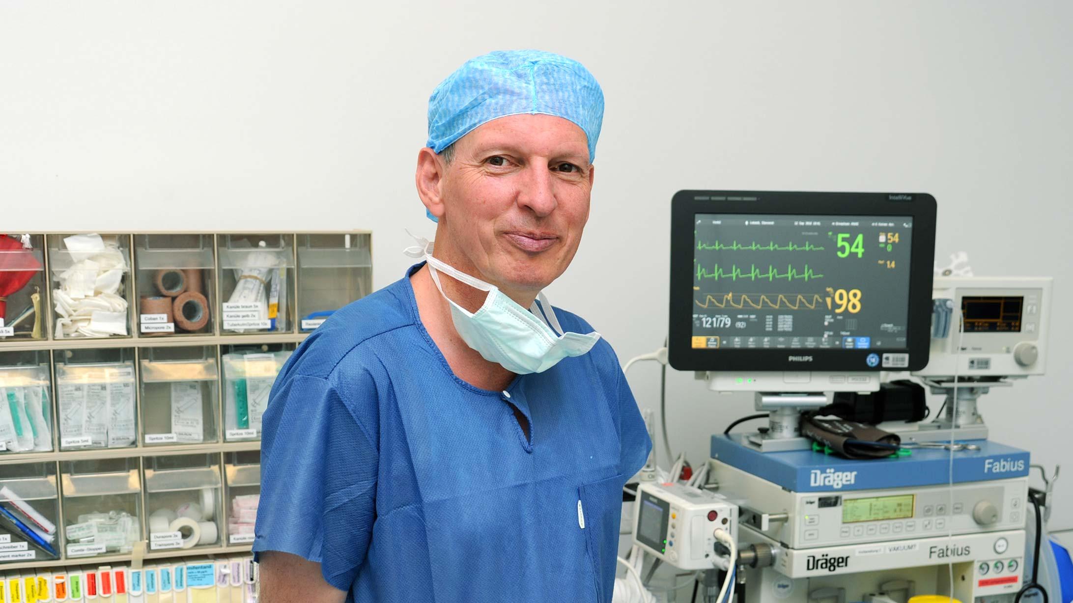 Michael Heesen, Direktor und Chefarzt Departement Anästhesie, steht vor einem Überwachungsmonitor.