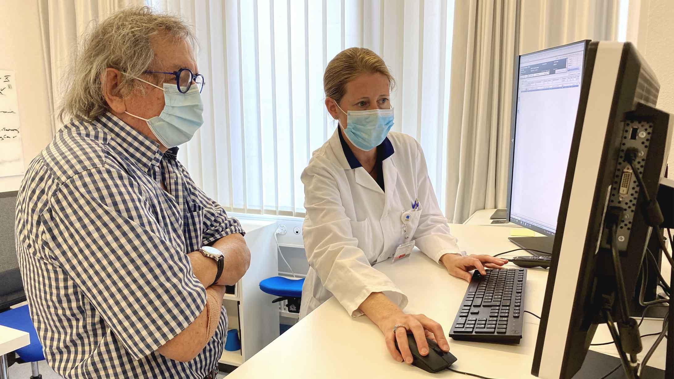 Irene Burger, Chefärztin Nuklearmedizin, im Gespräch mit dem Patienten