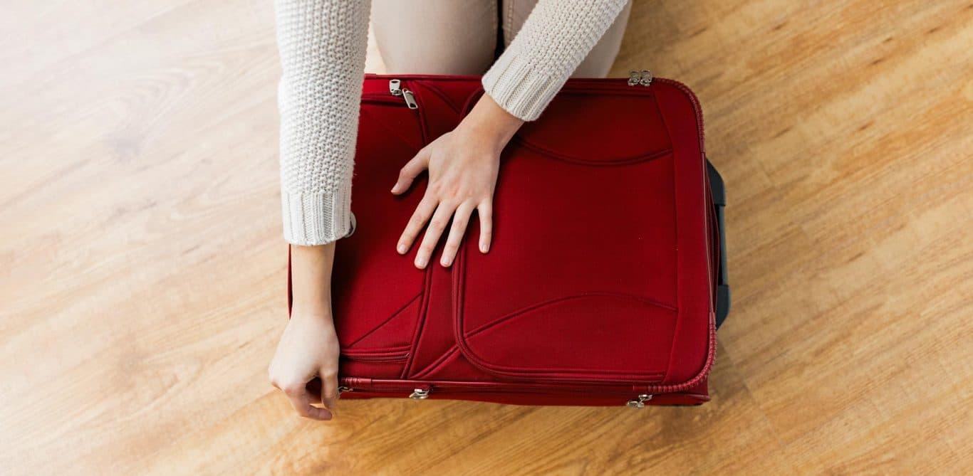 Eine Frau packt ihren Koffer vor der Operation