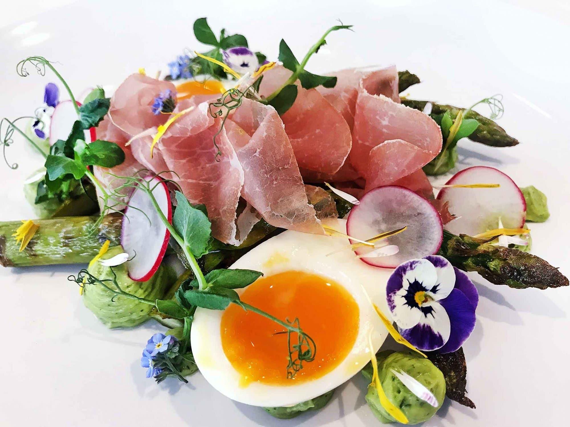 Rezeptbild: Grillierte heimische Spargeln mit wachsweichem Ei, Rohschinken und hausgemachter Kräutermayo