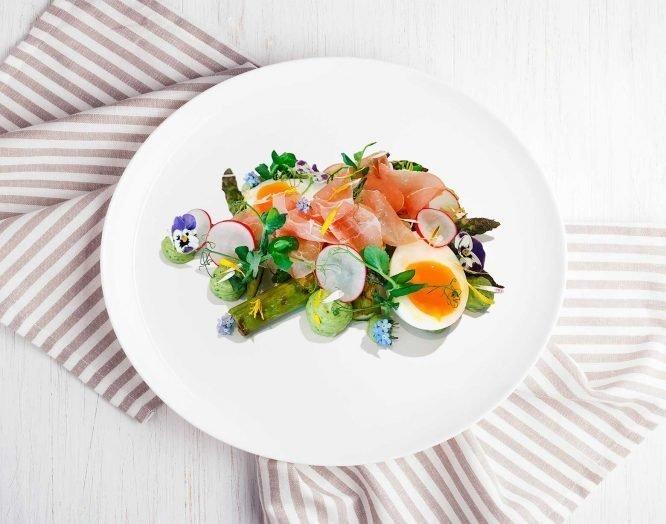 Osterrezept mit Spargeln, Ei und Wildkräutern