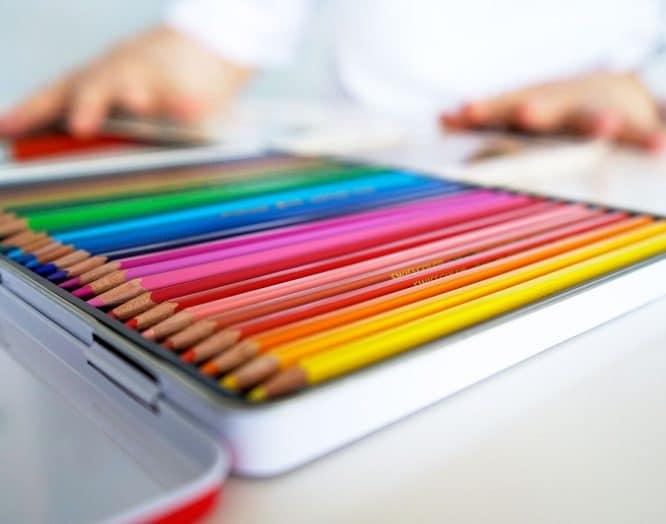 Farbstifte die in einer Box auf dem Tisch liegen