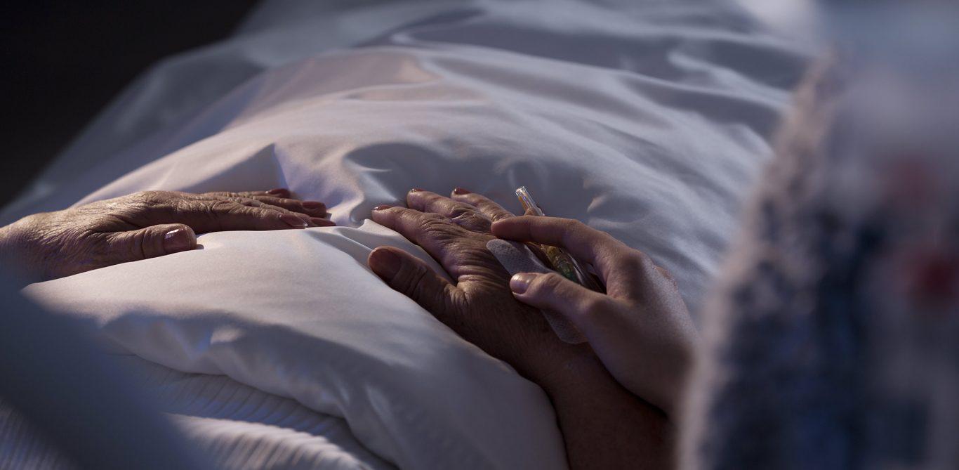Person liegt im Bett