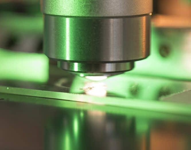 Eine Probe wird unter dem Mikroskop untersucht