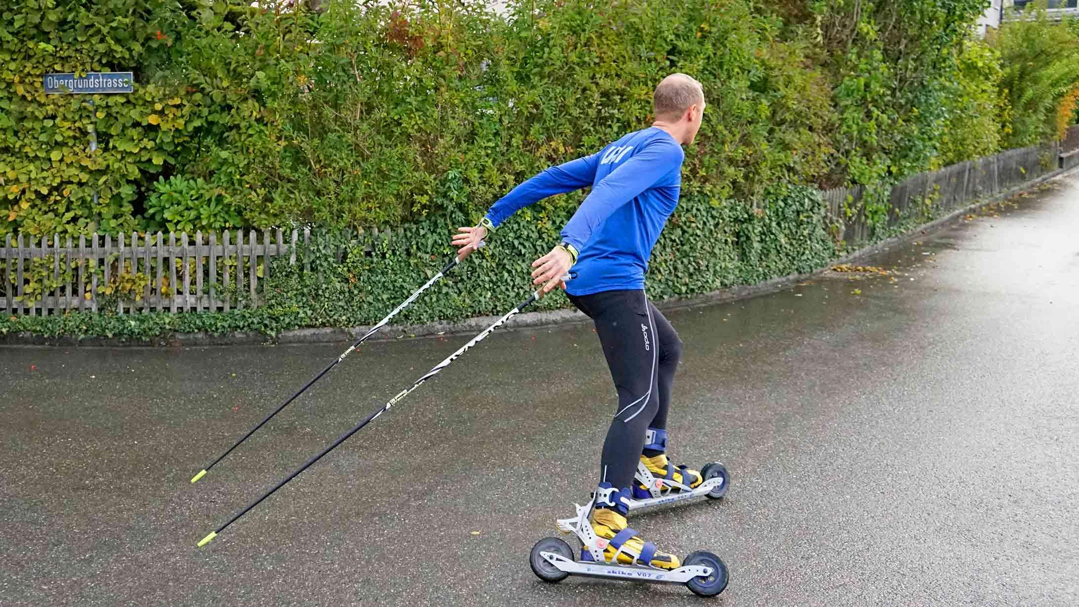 Rund ein Jahr nach der Operation kann Peter Kopp wieder einem seiner liebsten Hobbys nachgehen: Rollski fahren.