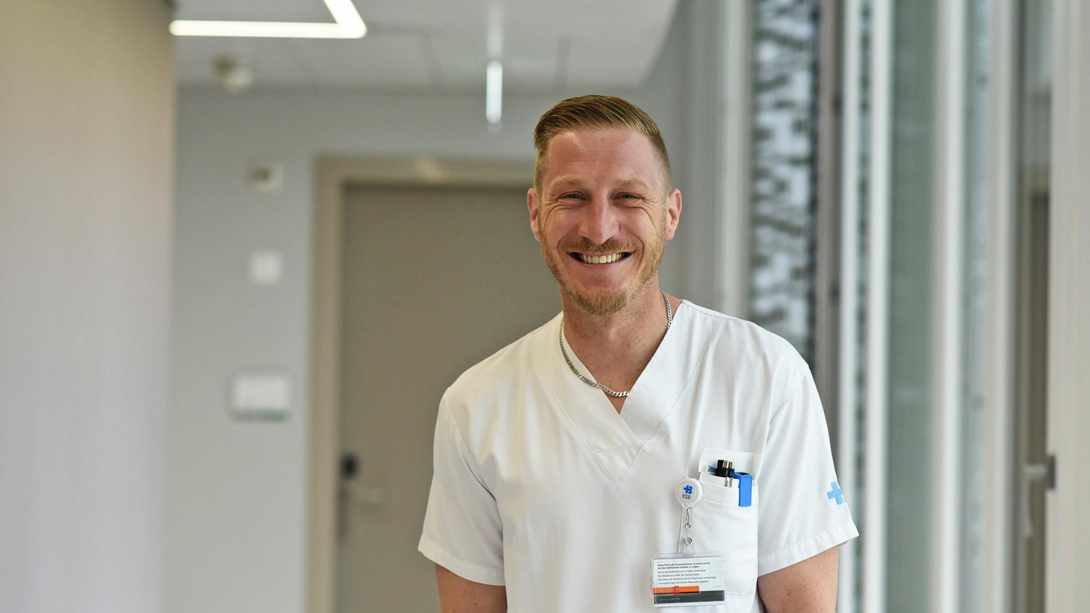Handchirurg Patrik Schmid im KSB mit weissem Ärztegewand