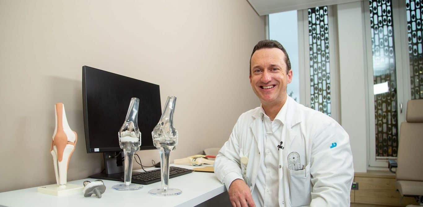 Andreas Würzburg, Stv. Leitender Arzt Orthopädie erzählt im Interview von Knieschmerzen, Operationen und seinen liebsten Sportarten.