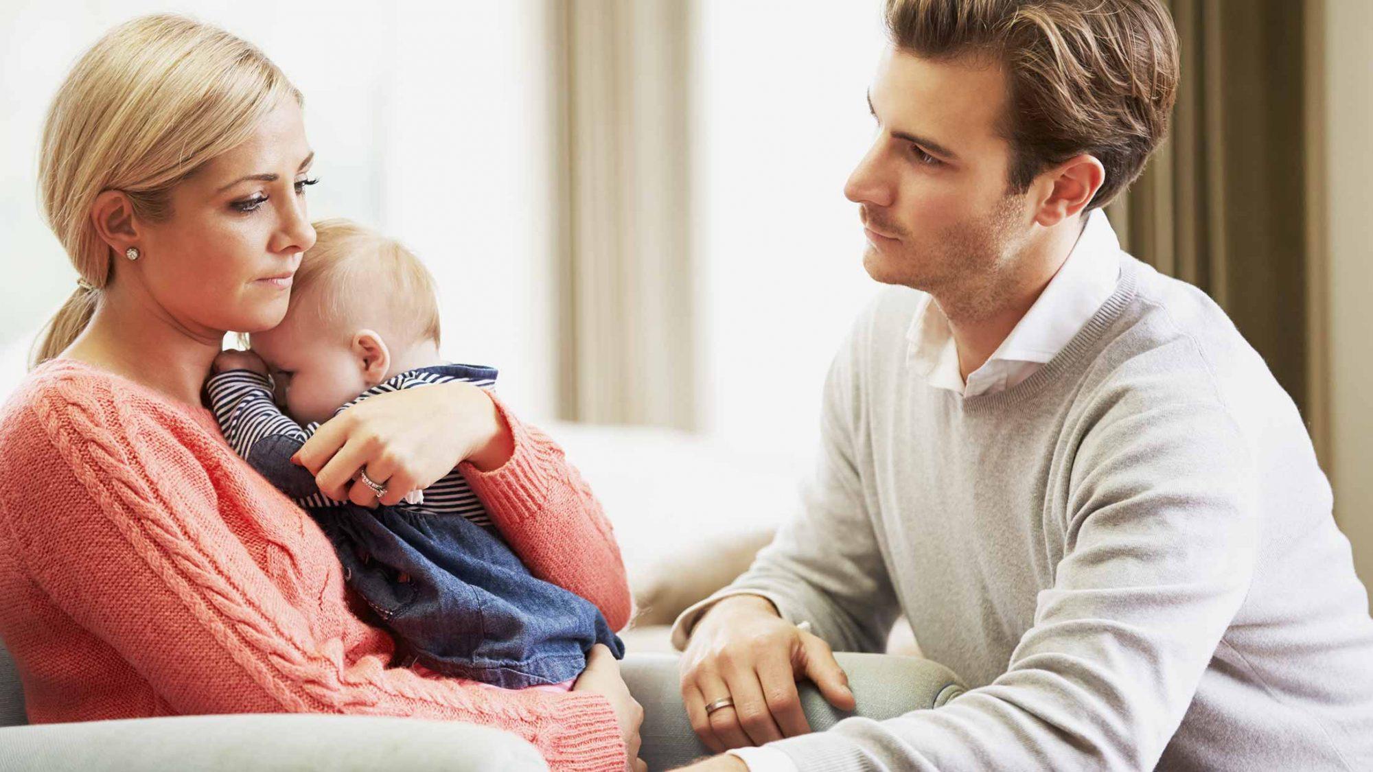 Eine Mutter und ein Vater mit ihrem Baby.
