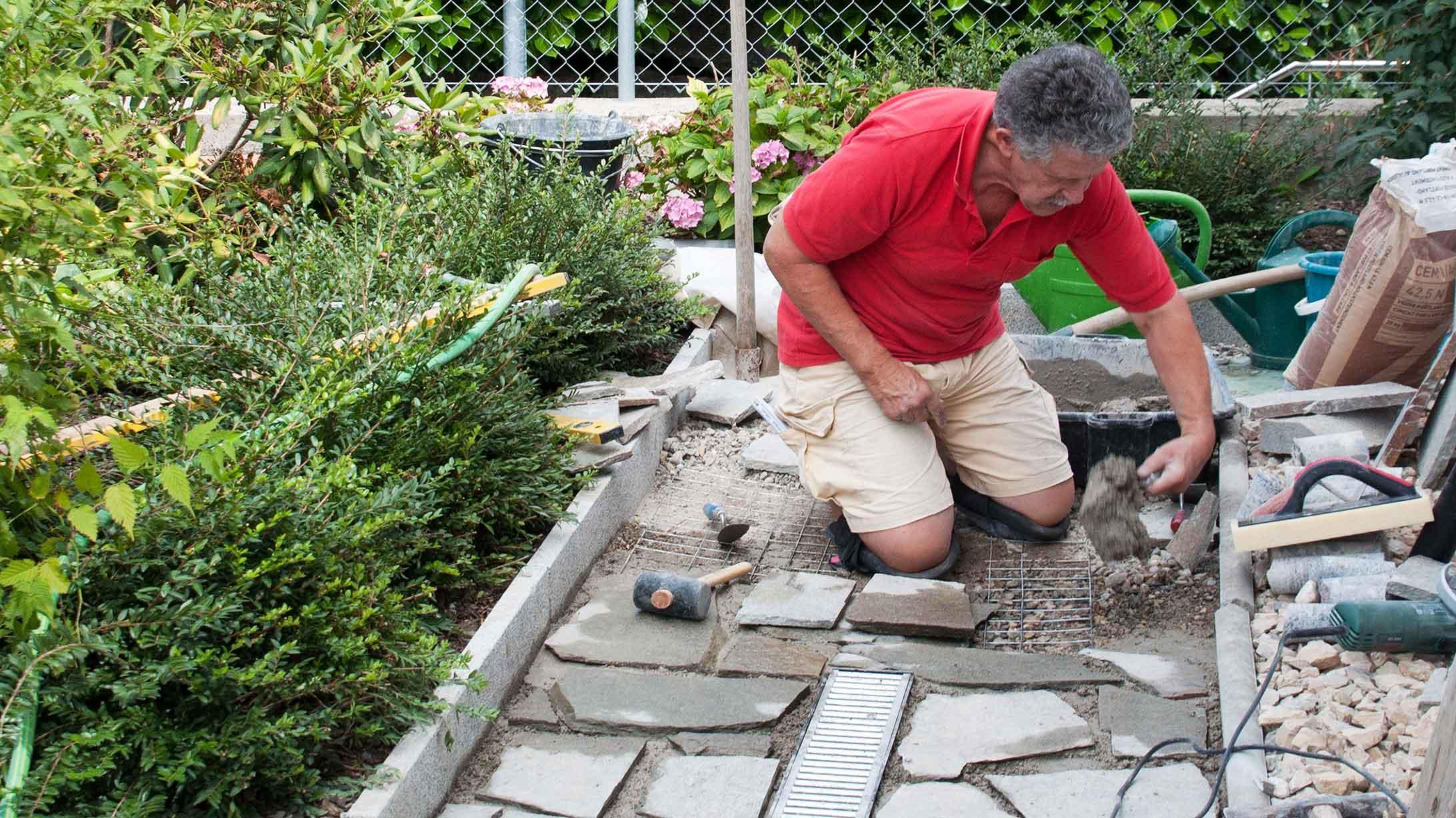 René Eggenberger beim Umbau seines Gartens