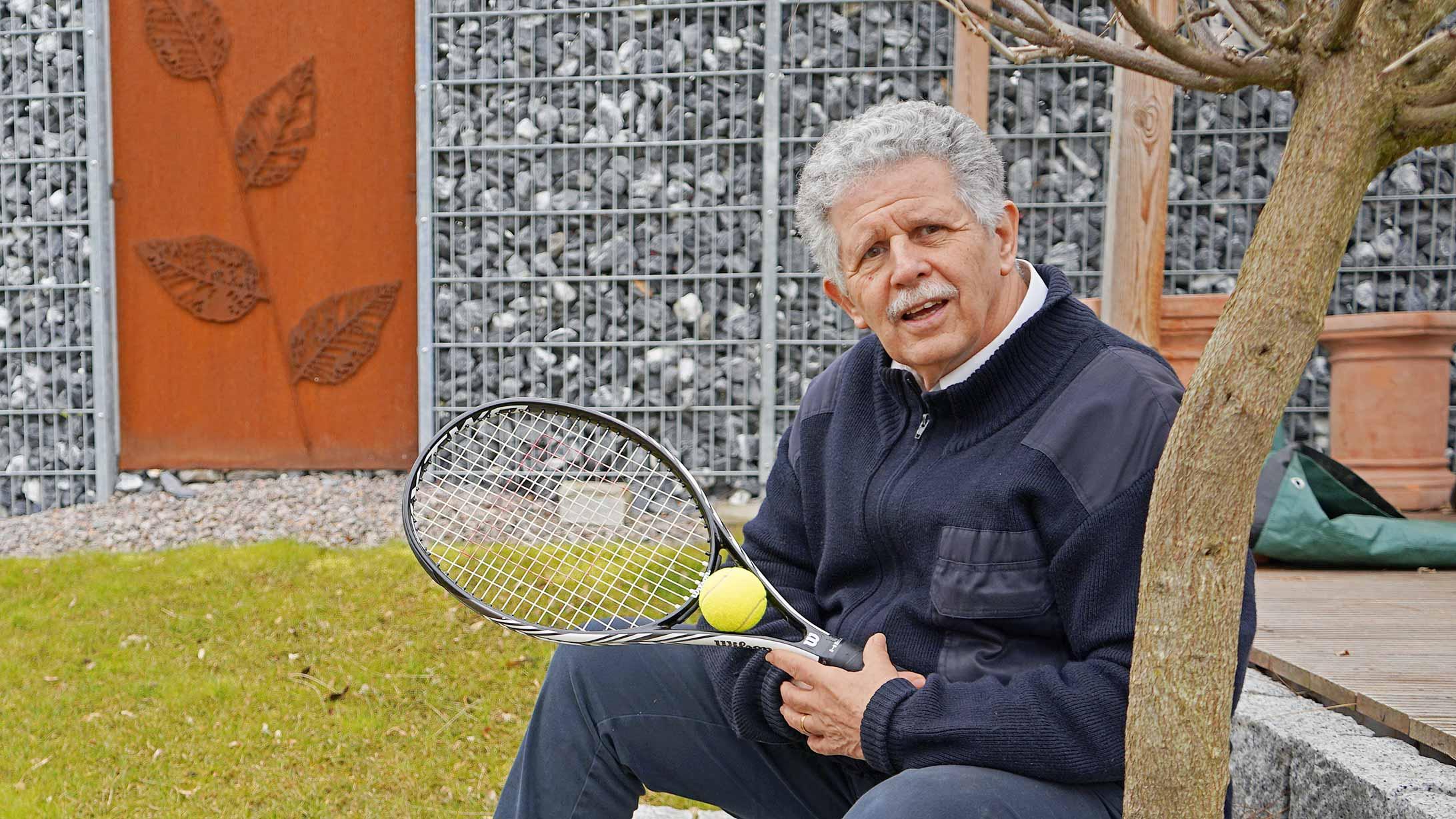 René Eggenberger mit einem Tennisschläger in seinem Garten