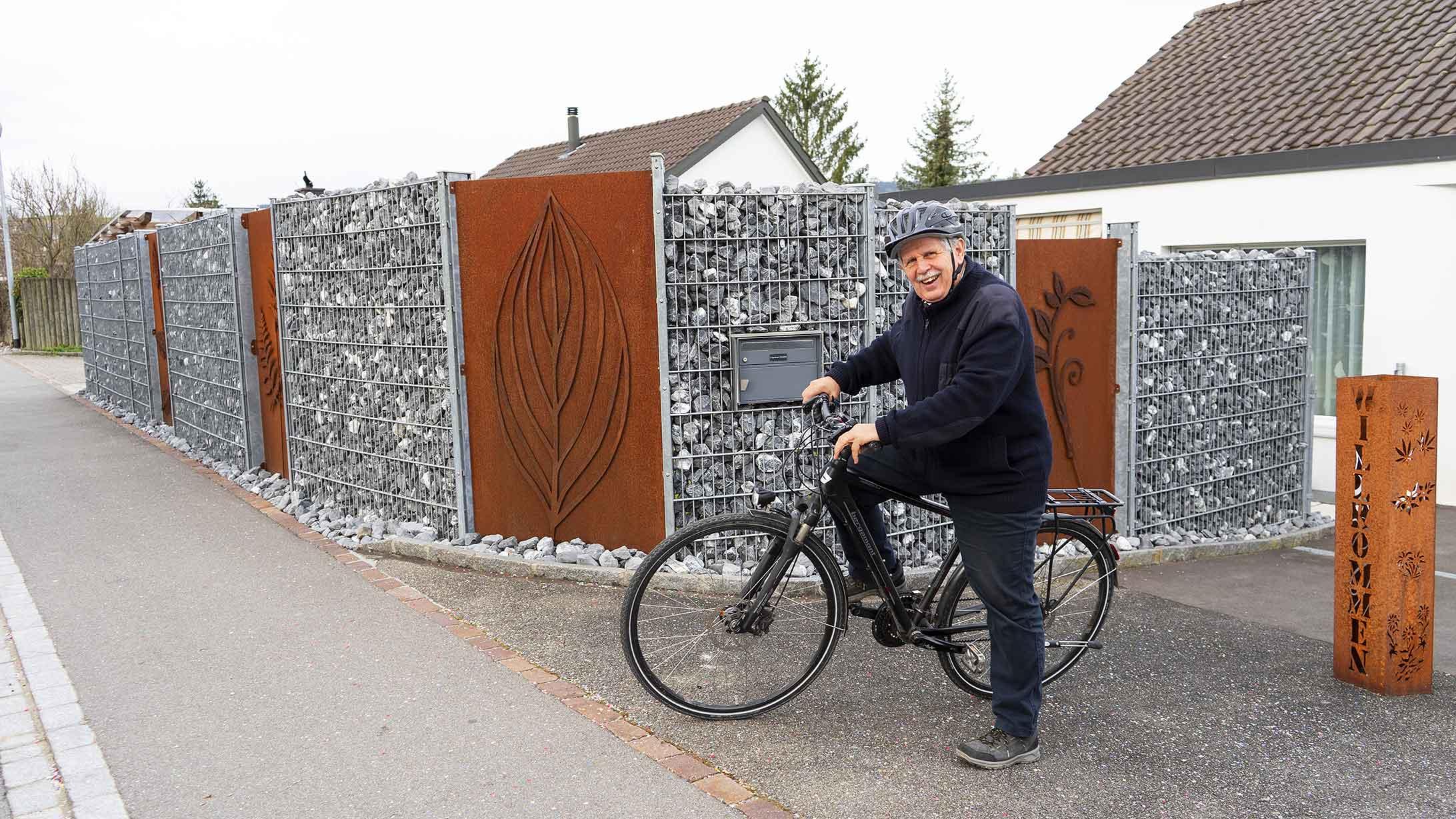 René Eggenberger fährt auf einem Velo aus seinem Garten raus. Der Meniskus tut ihm dabei nicht mehr weh.