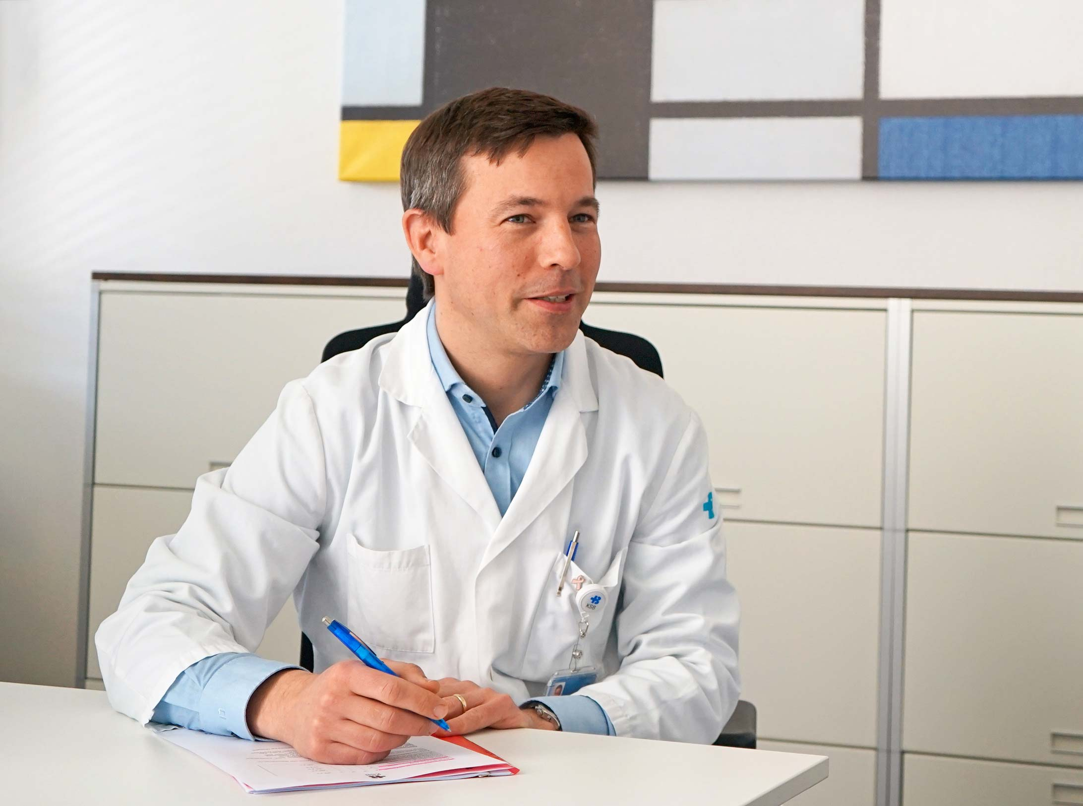 Dr. Martin Heubner an einem Bürotisch