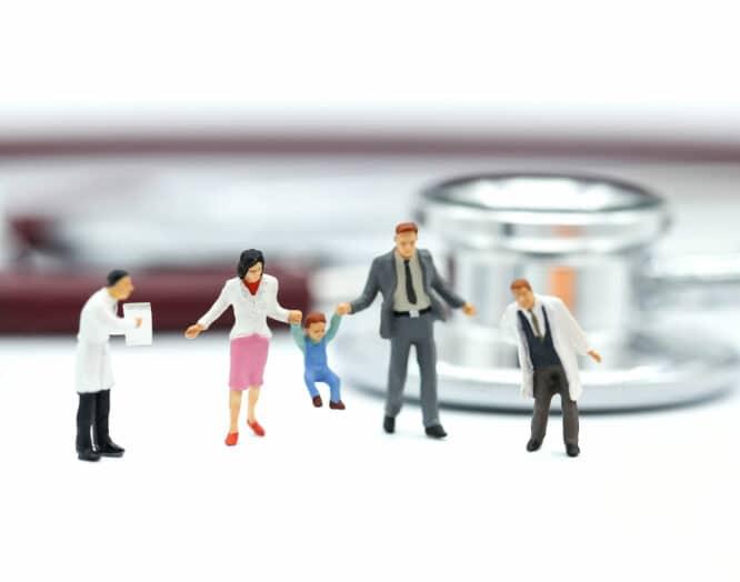 Figuren einer Familie mit Ärzten