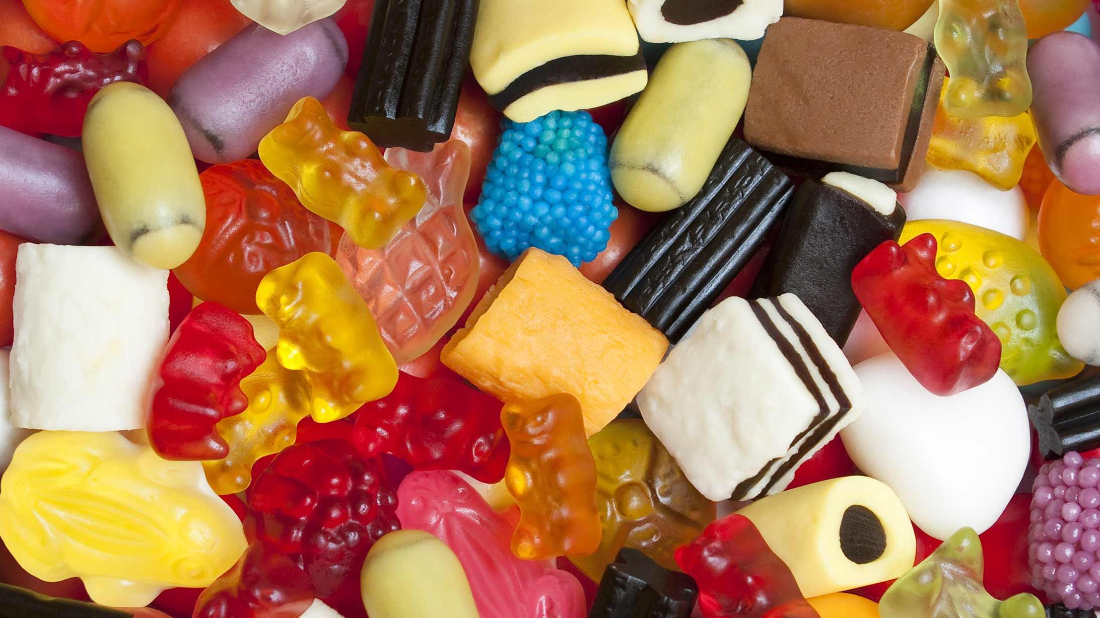 Farbige Süssigkeiten und Lakritze mit Gluten liegen auf einem Haufen