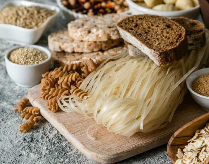 Glutenhaltige Lebensmittel: Brot, Teigwaren, Kerne, Reiswaffeln liegen schön hergerichtet da